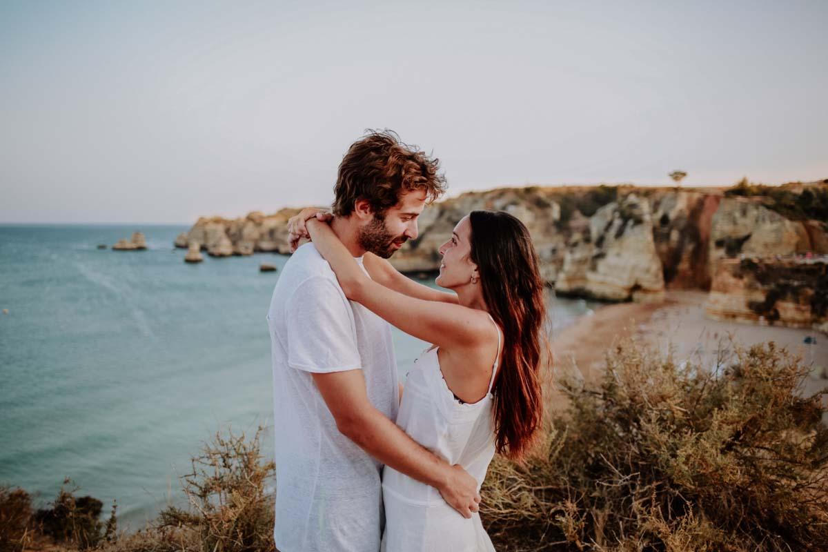 Mann und Frau umarmen sich vor einer Küste