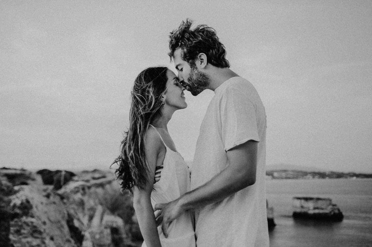 Mann gibt Frau Kuss auf Nase