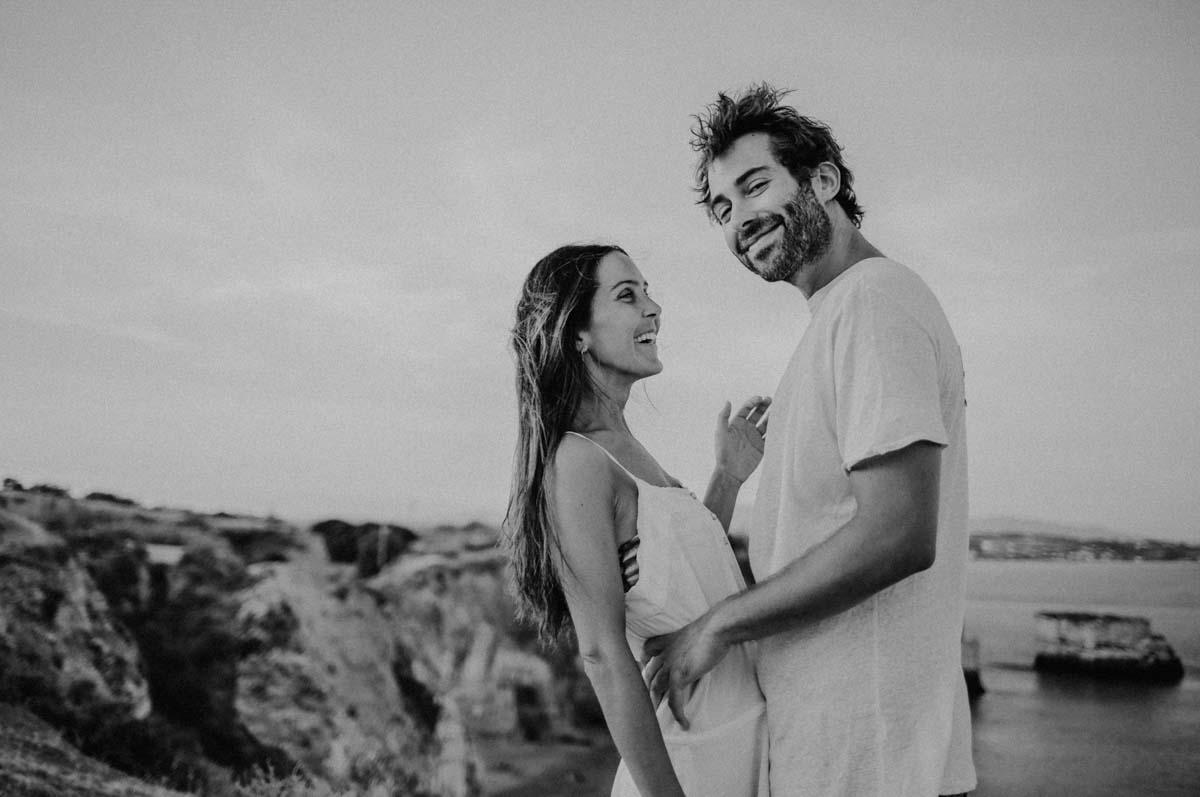 Lachendes Paar vor Felsen
