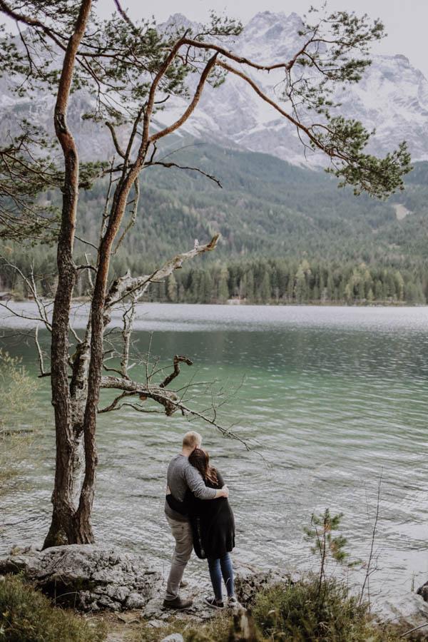 Zwei personen stehen an einem See