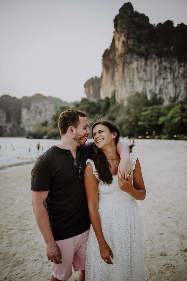 Mann umarmt Frau vor Felsen