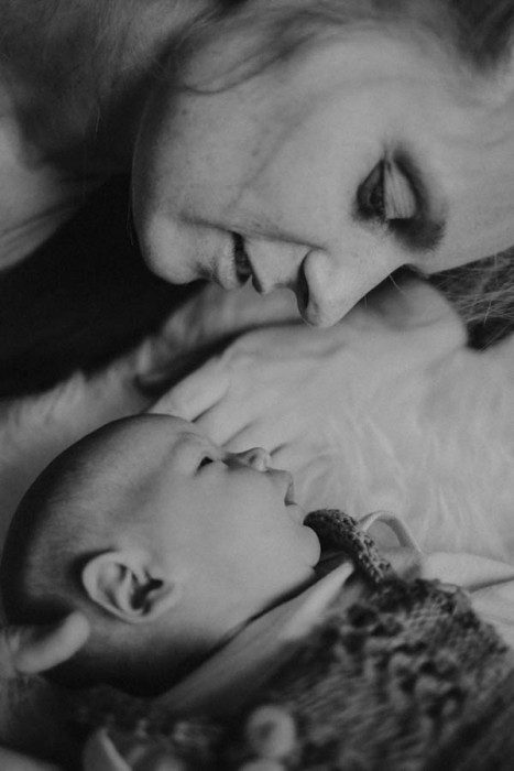 Mutter mit Baby auf Bett