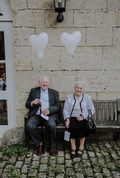 Zwei Menschen auf einer Bank