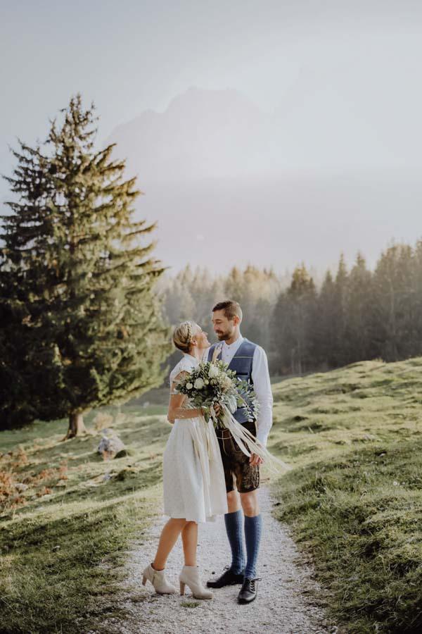 Mann und Frau auf Weg vor Wald