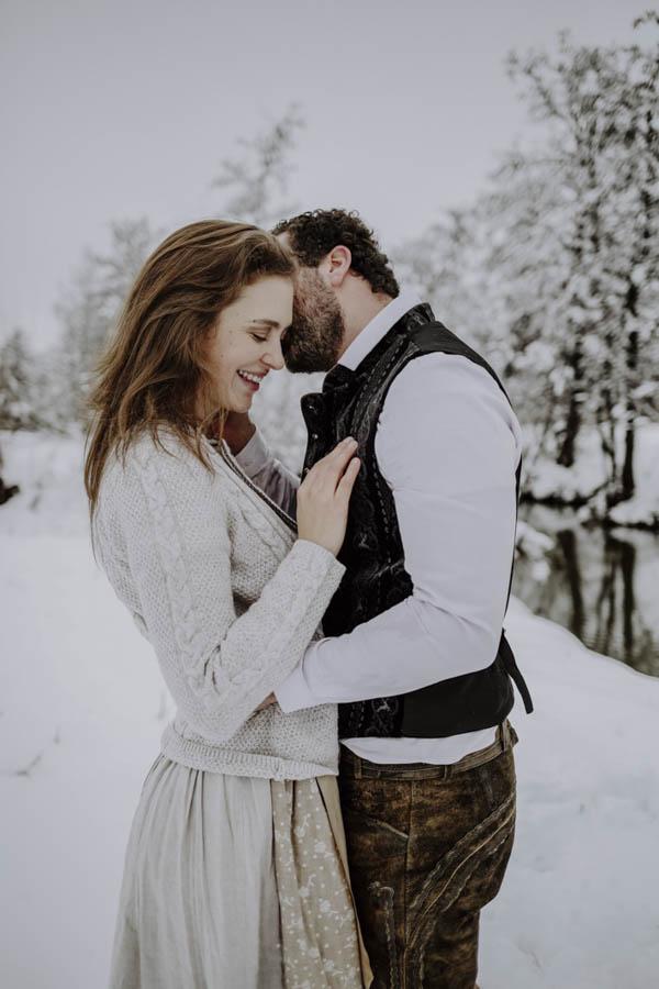 Paar mit Tracht im Schnee