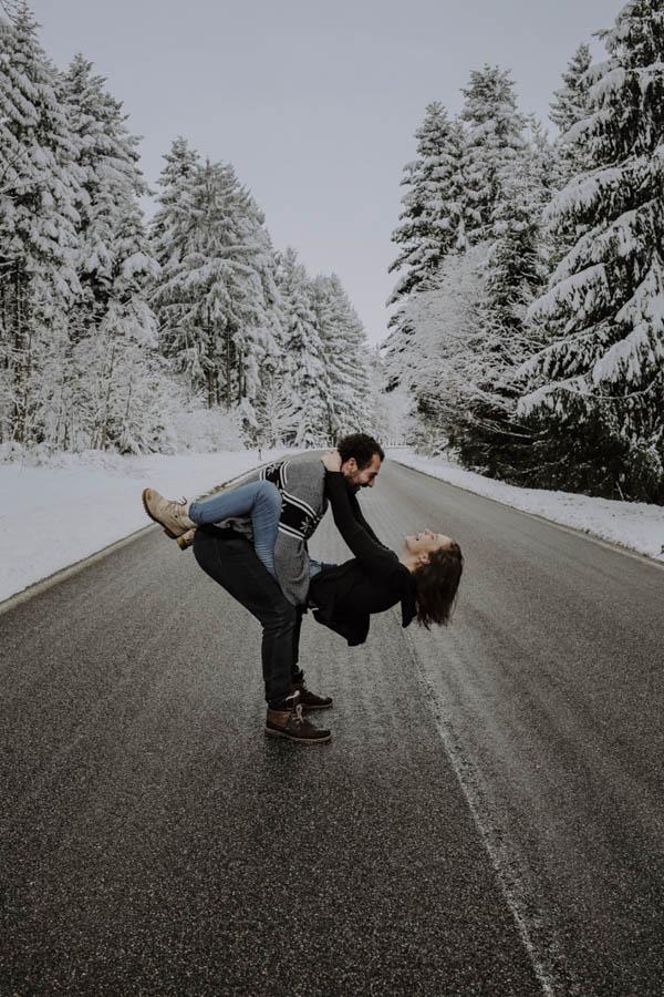 Mann hebt Frau in die Luft auf einer Straße