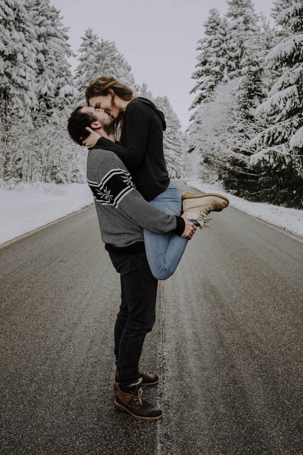 Frau küsst Mann auf Straße