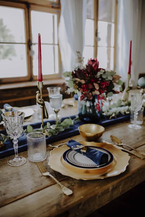 Tisch mit goldenem Teller und Blumenstrauß