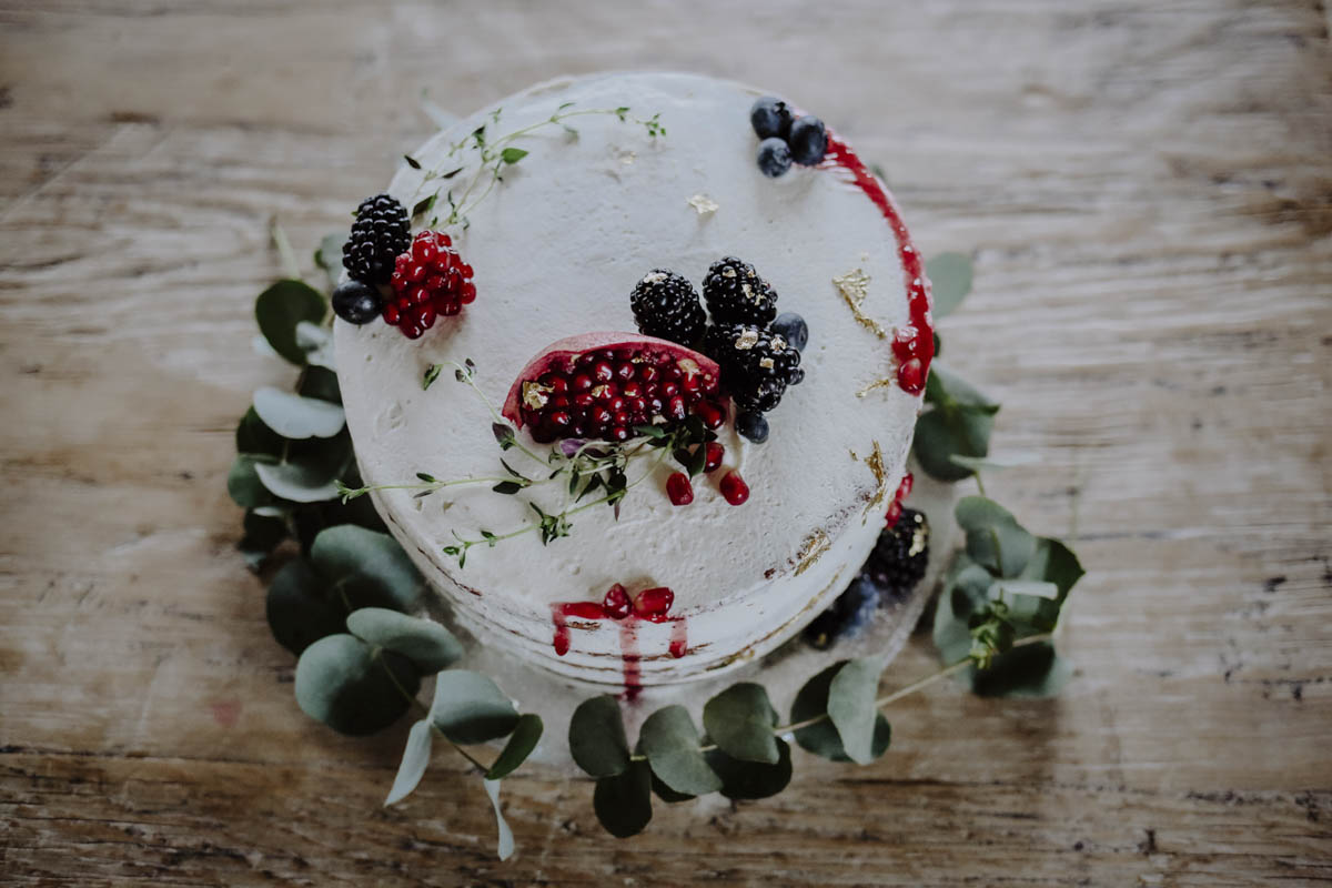 Hochzeitstorte mit Beeren und Granatapfel