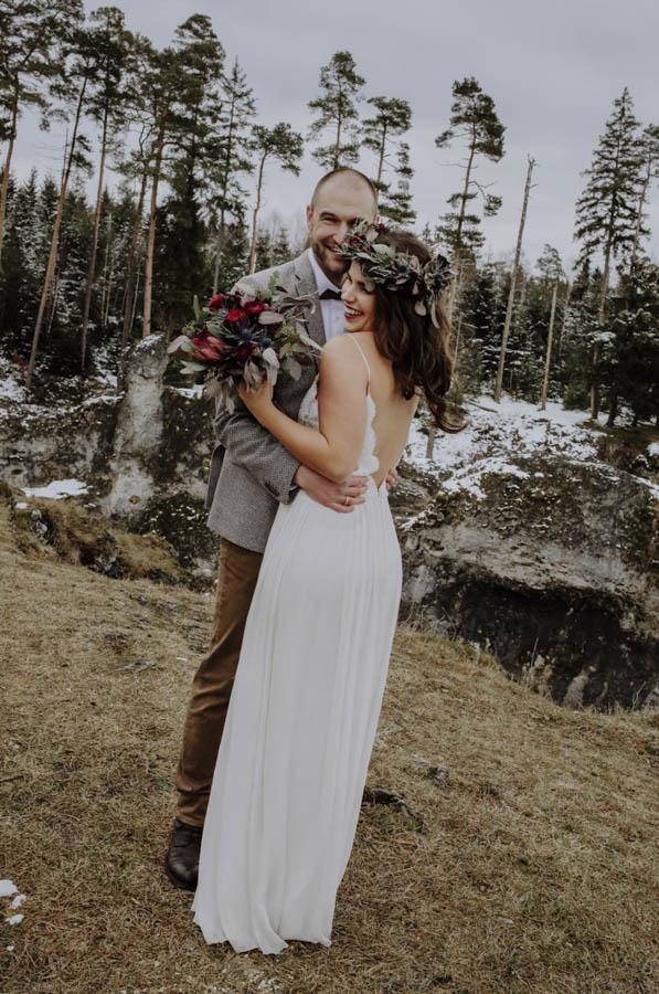 Brautpaar vor Felsen und Bäumen