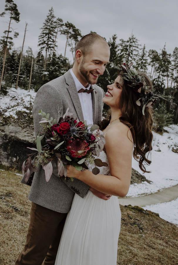 Brautpaar mit rotem Brautstrauß