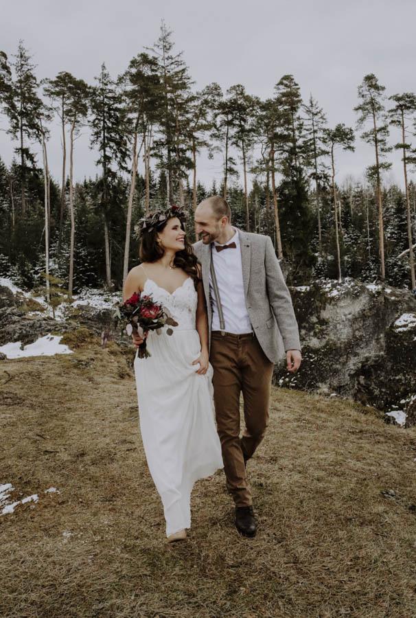 Mann und Frau mit Blumenstrauß vor Bäumen