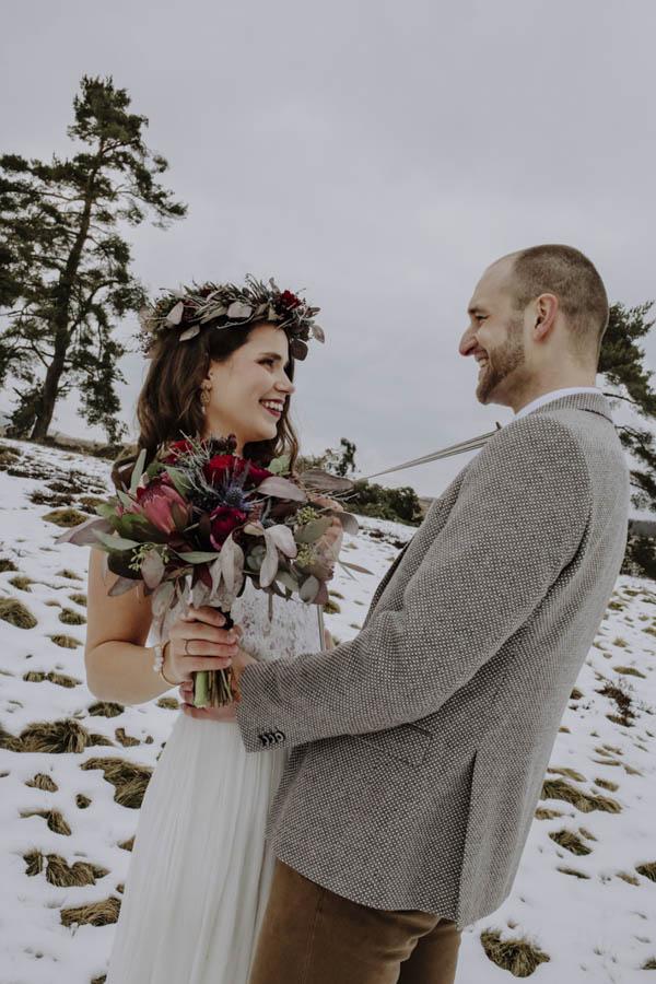 Pärchen mit Blumenstrauß im Schnee