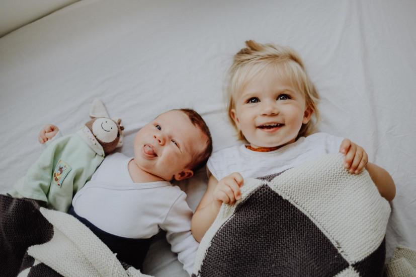 Mädchen und Baby mit Kuscheltier