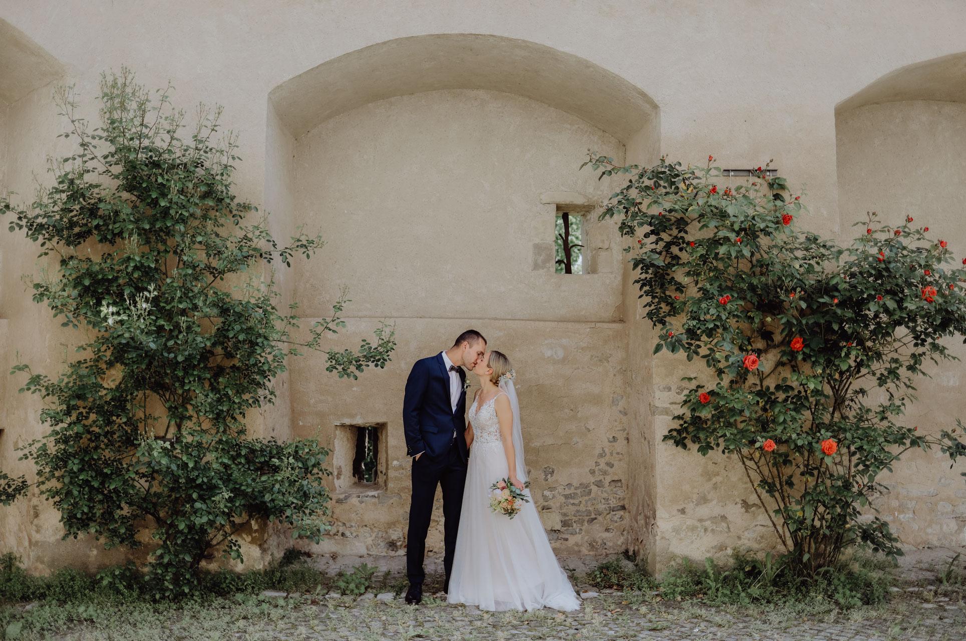 Brautpaar vor altem Gemäuer