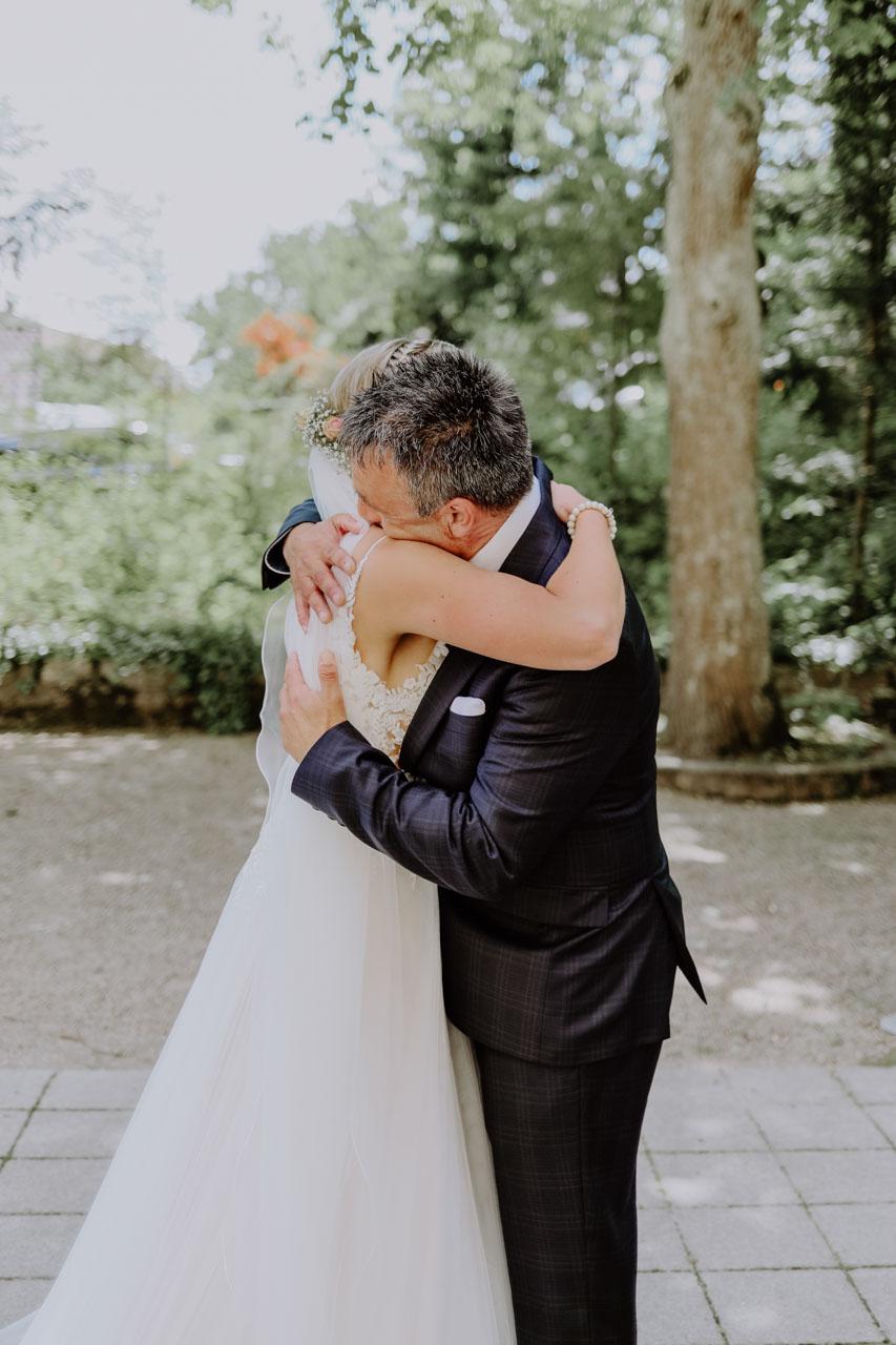 Brautvater umarmt seine Tochter