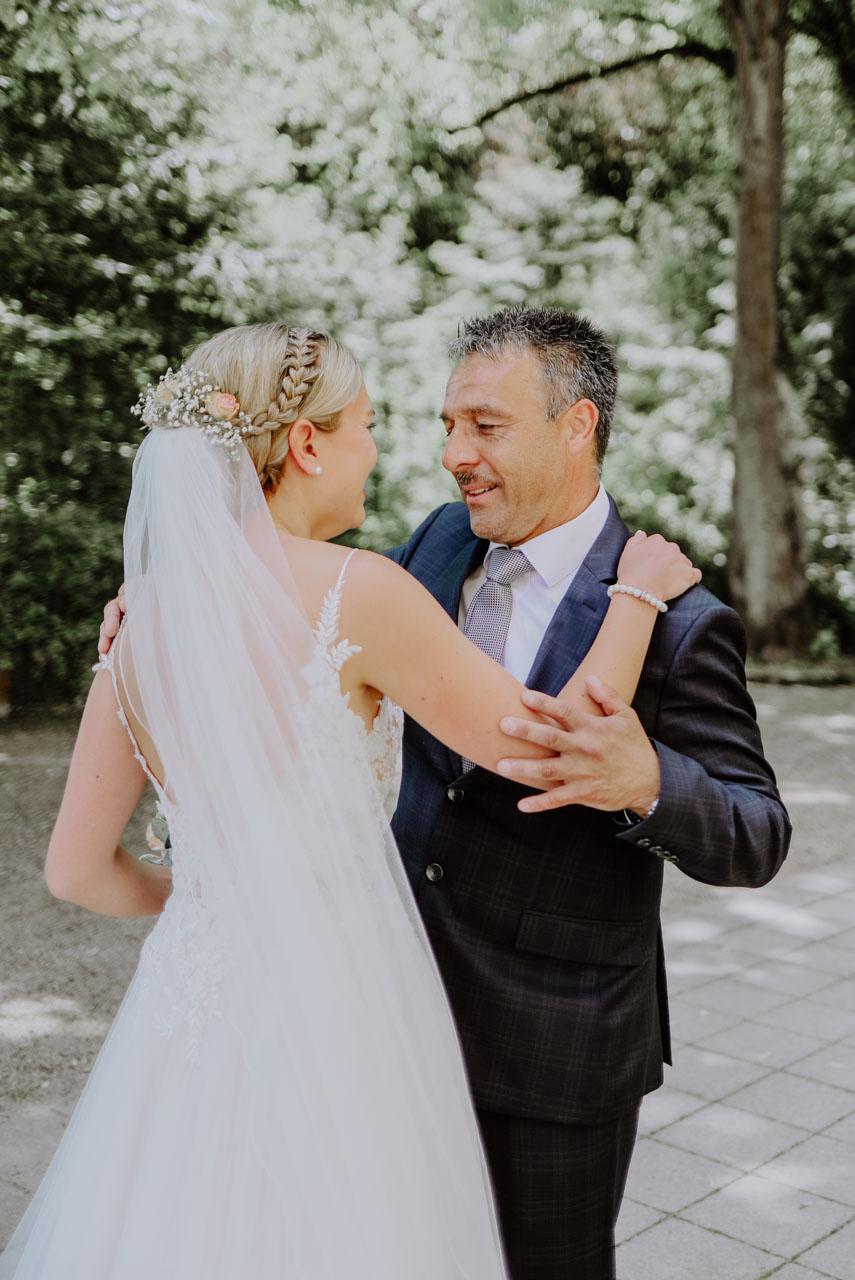 Brautvater schaut seine Tochter an