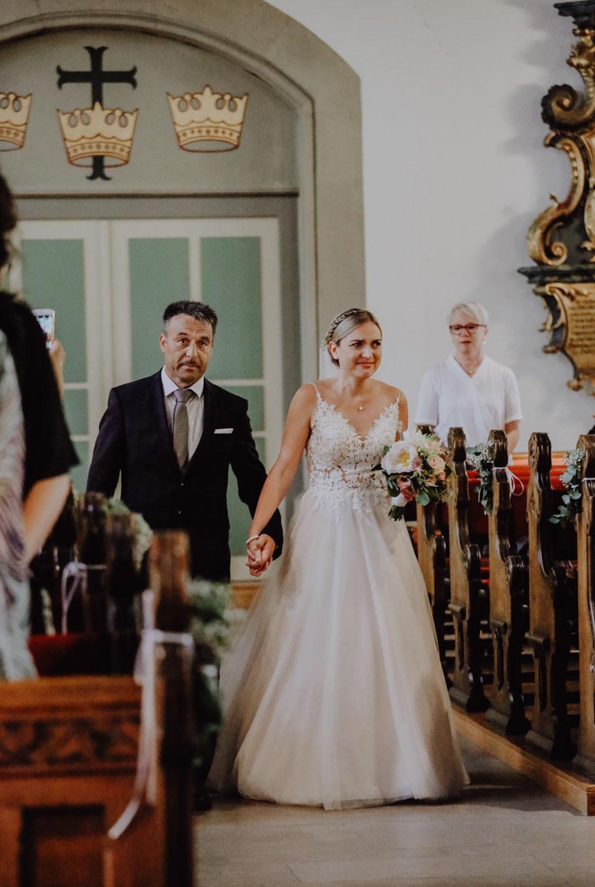 Emotionaler EInzug der Braut in die Kirche