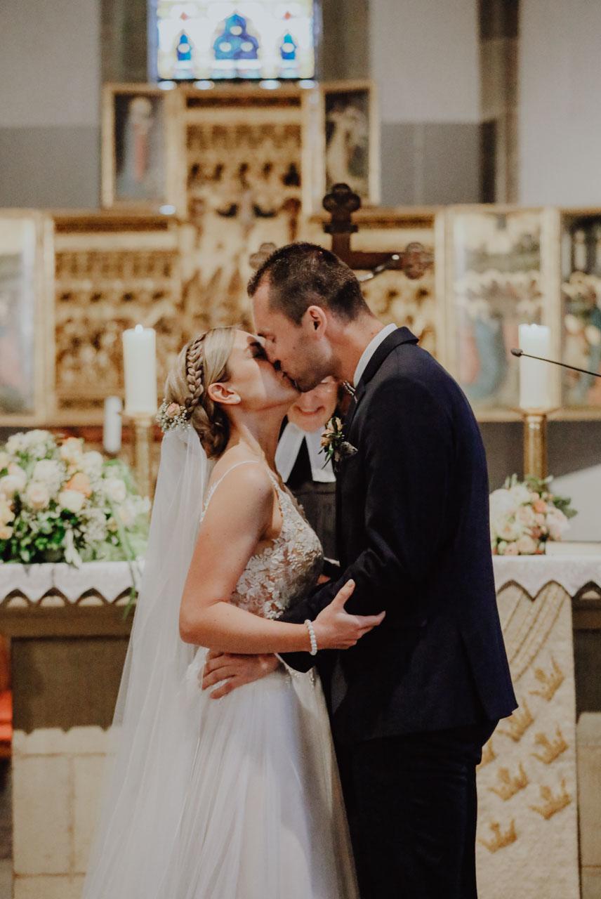 Küssendes Paar am Altar