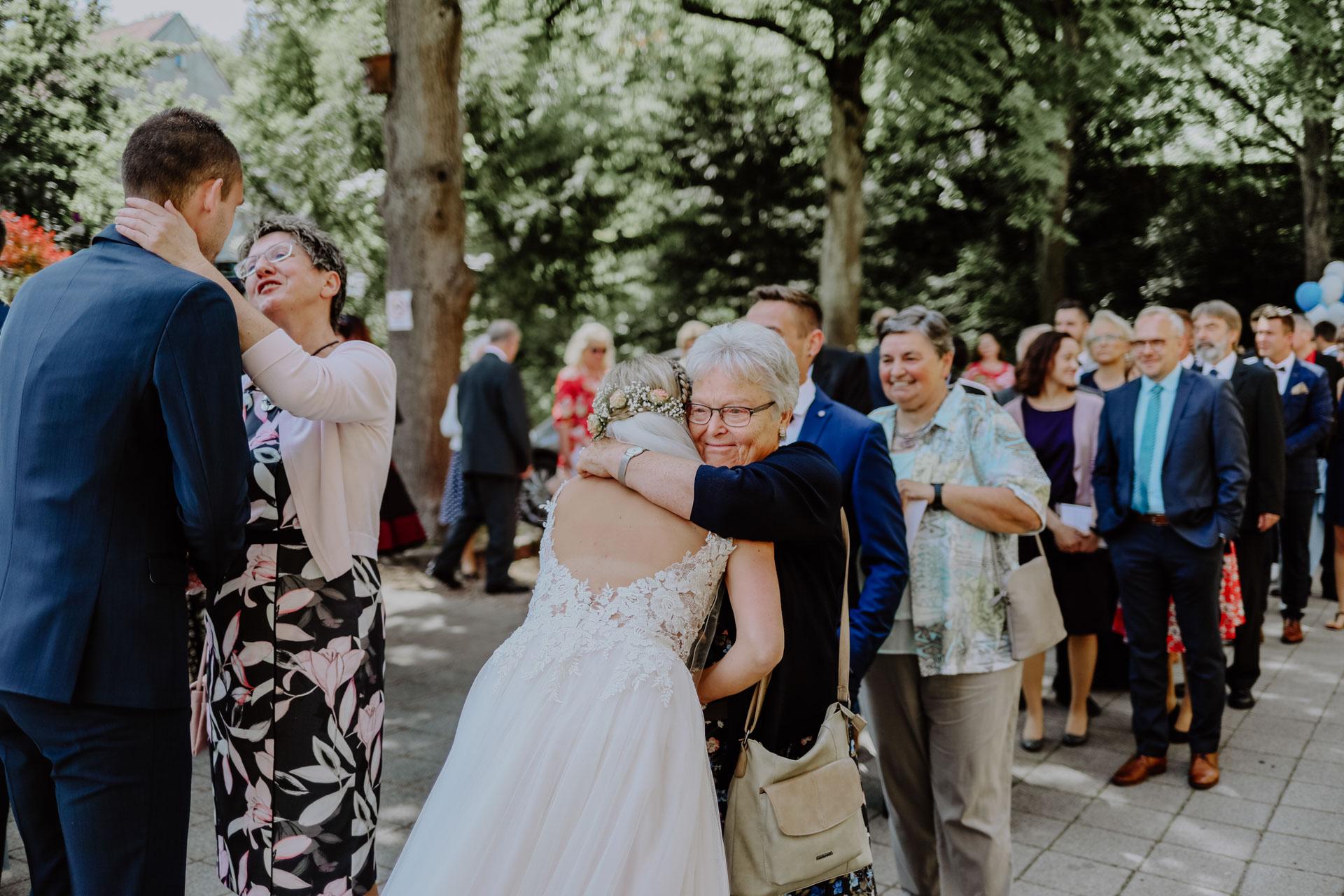 Oma umarmt ihre Enkelin