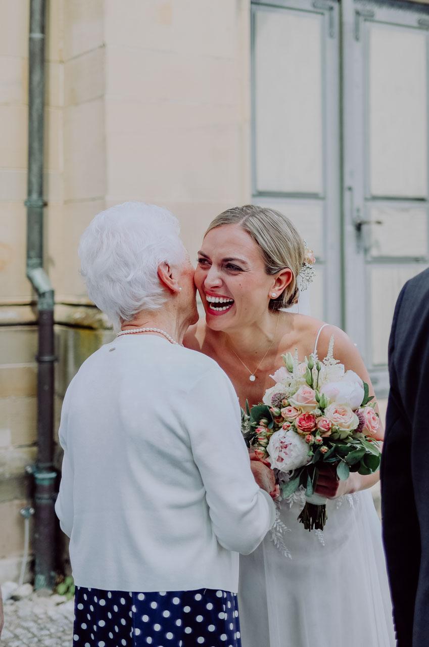 Oma gibt Enkelin Kuss auf die Wange