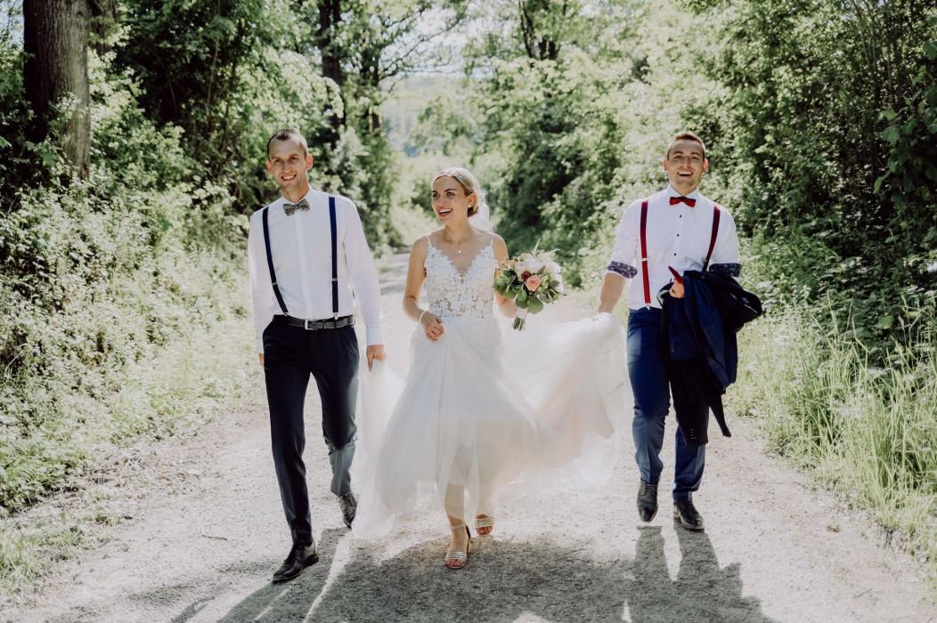 Braut mit zwei Männern im Wald