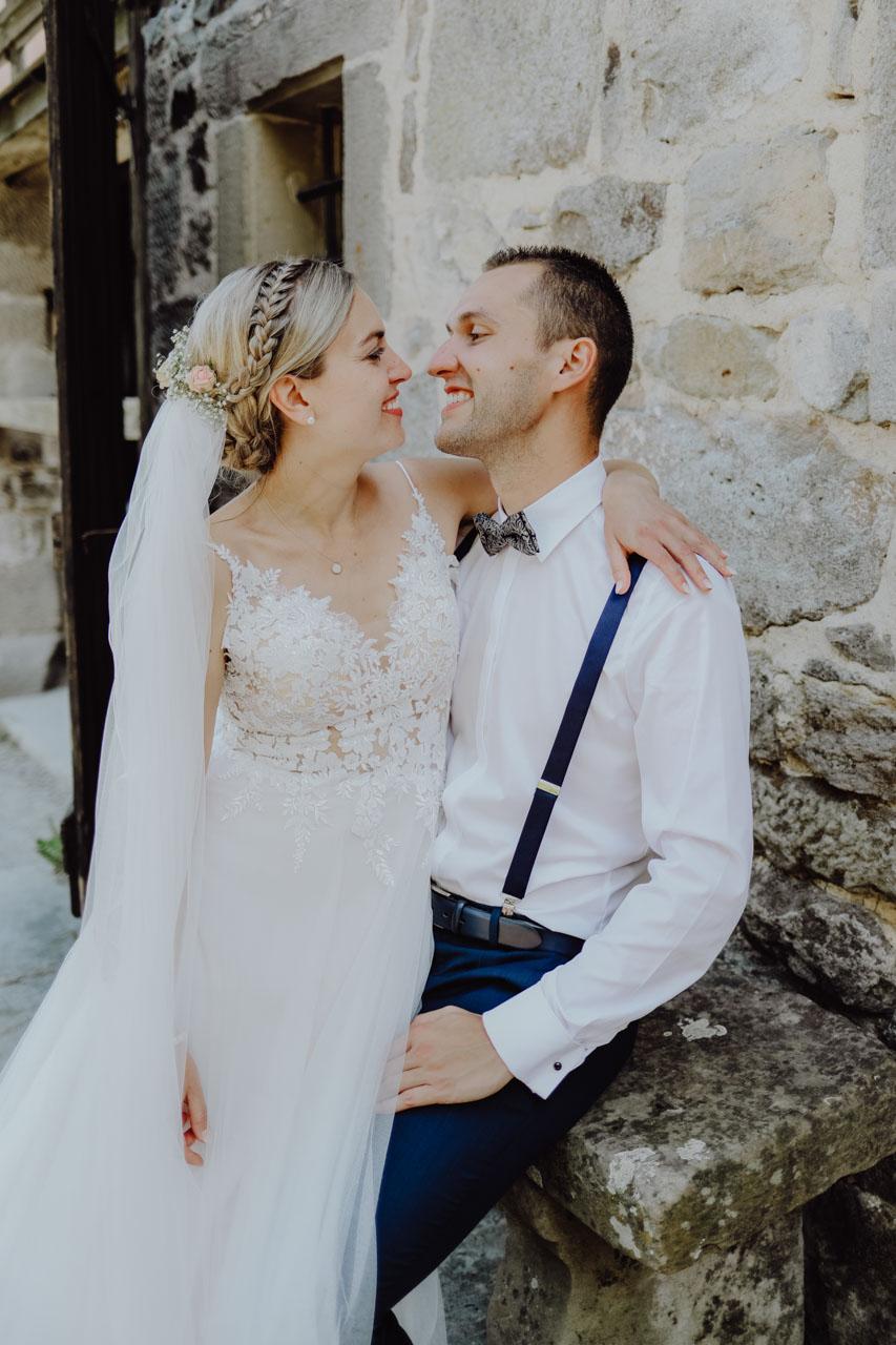 Braut auf Schoß von Bräutigam
