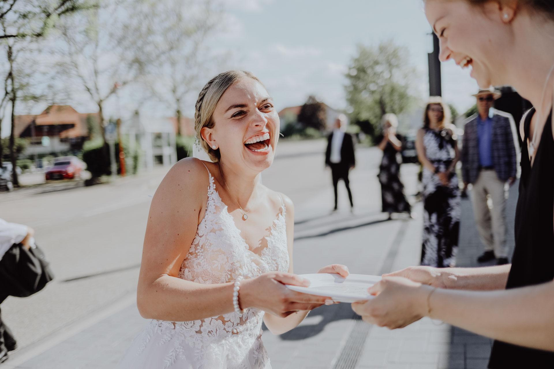 Braut mit Teller in der Hand