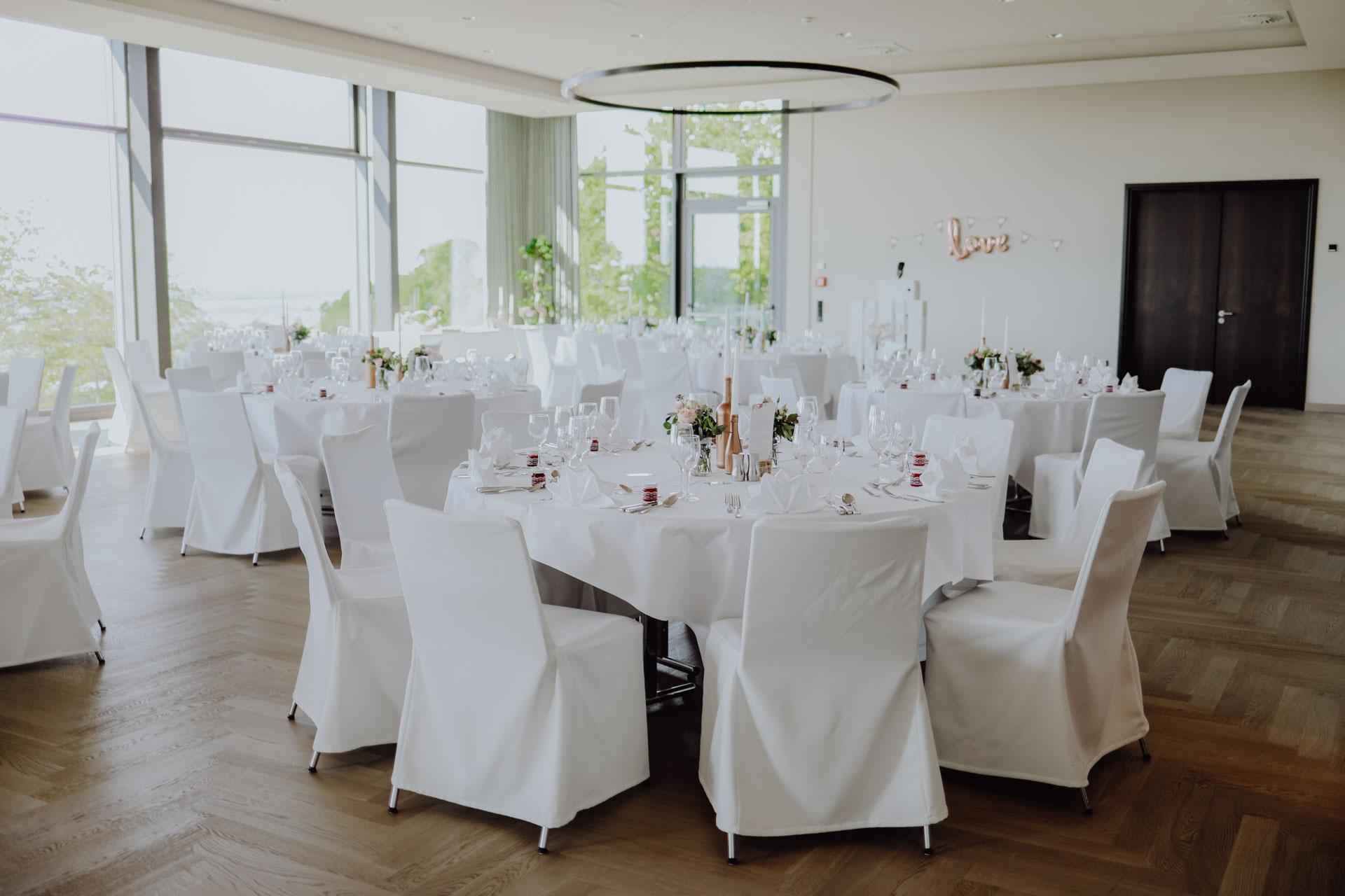 Gedeckter Festsaal mit Tischen
