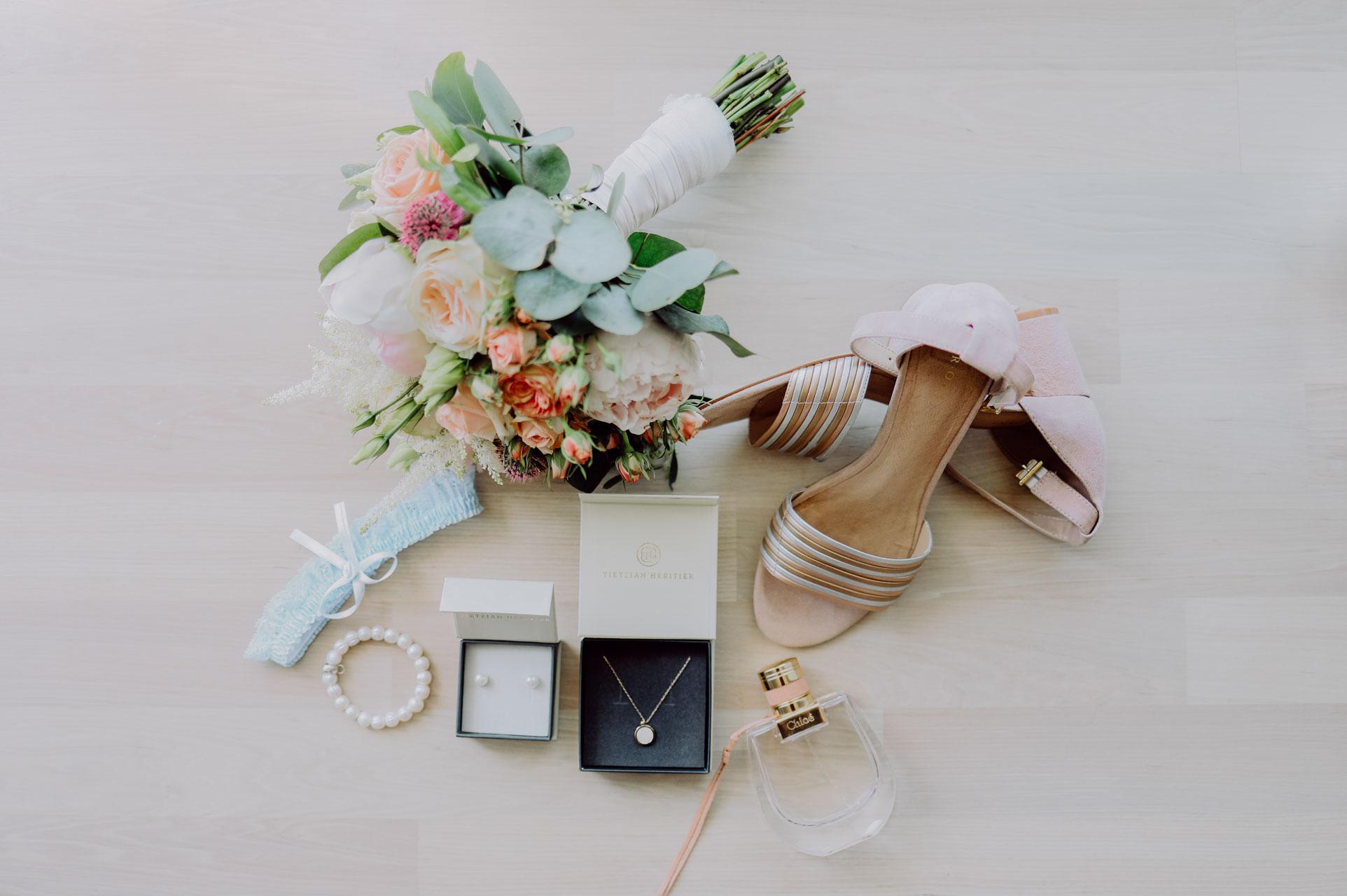 Brautschuhe mit Schmuck und Brautstrauß