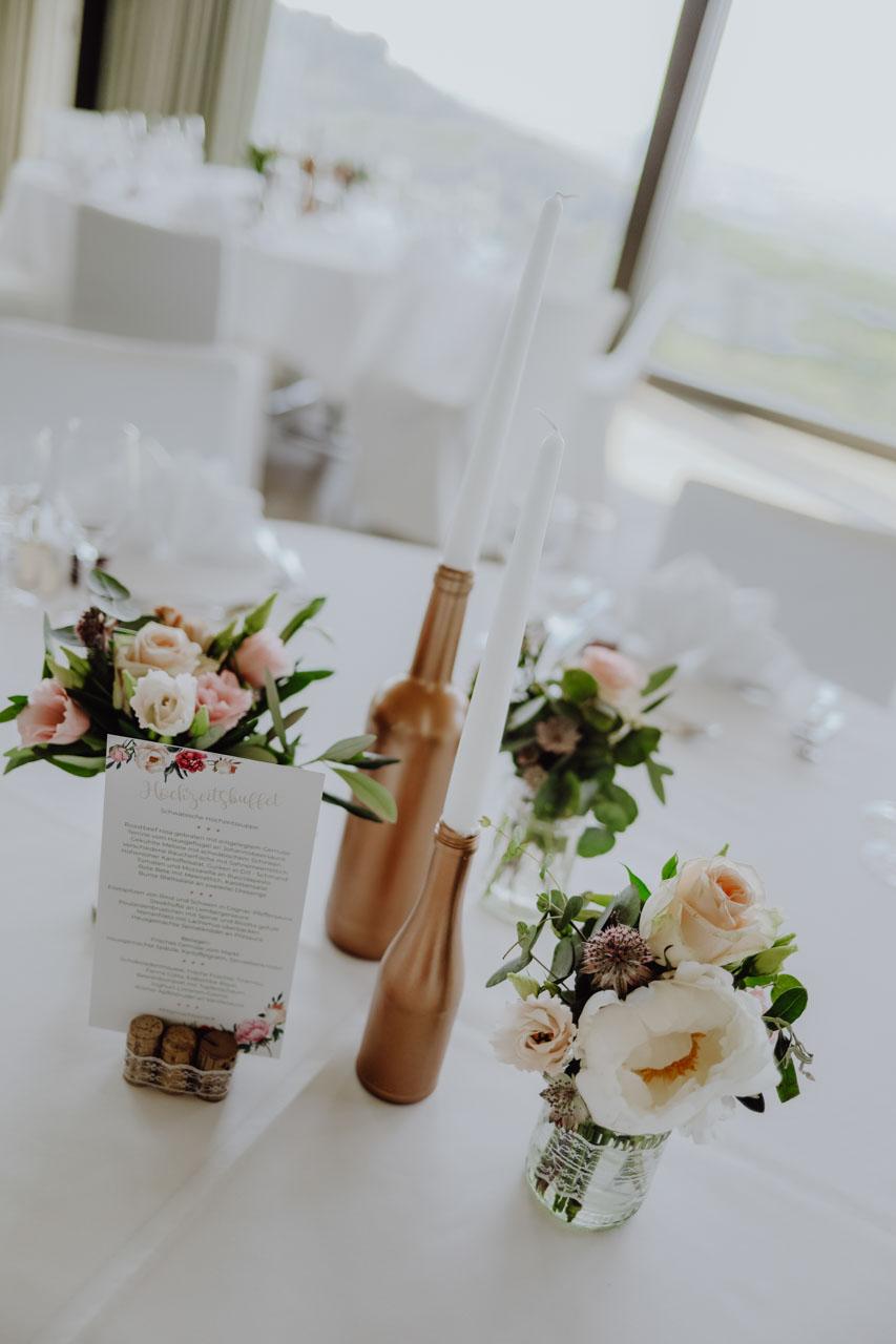 Blumenschmuck auf Tisch