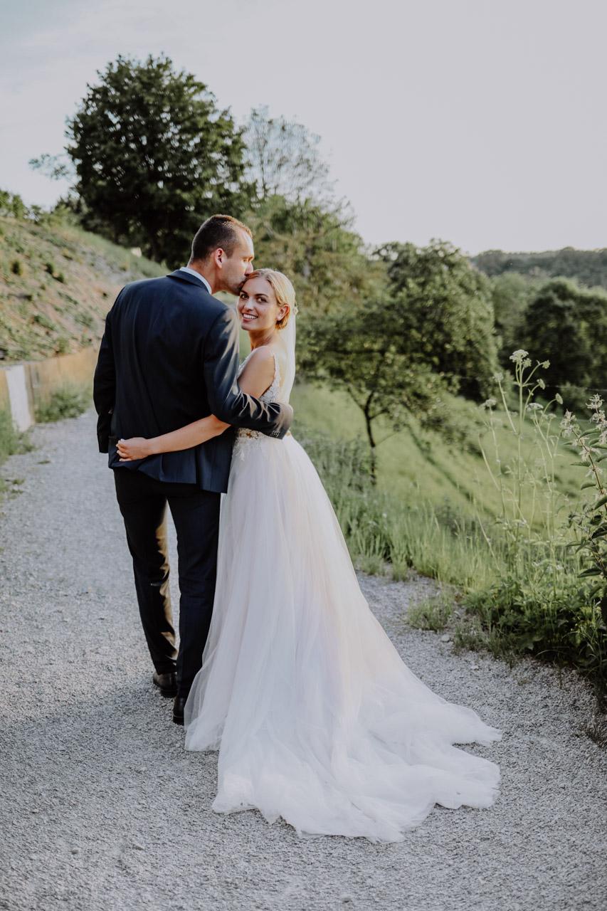 Braut mit langer Schleppe