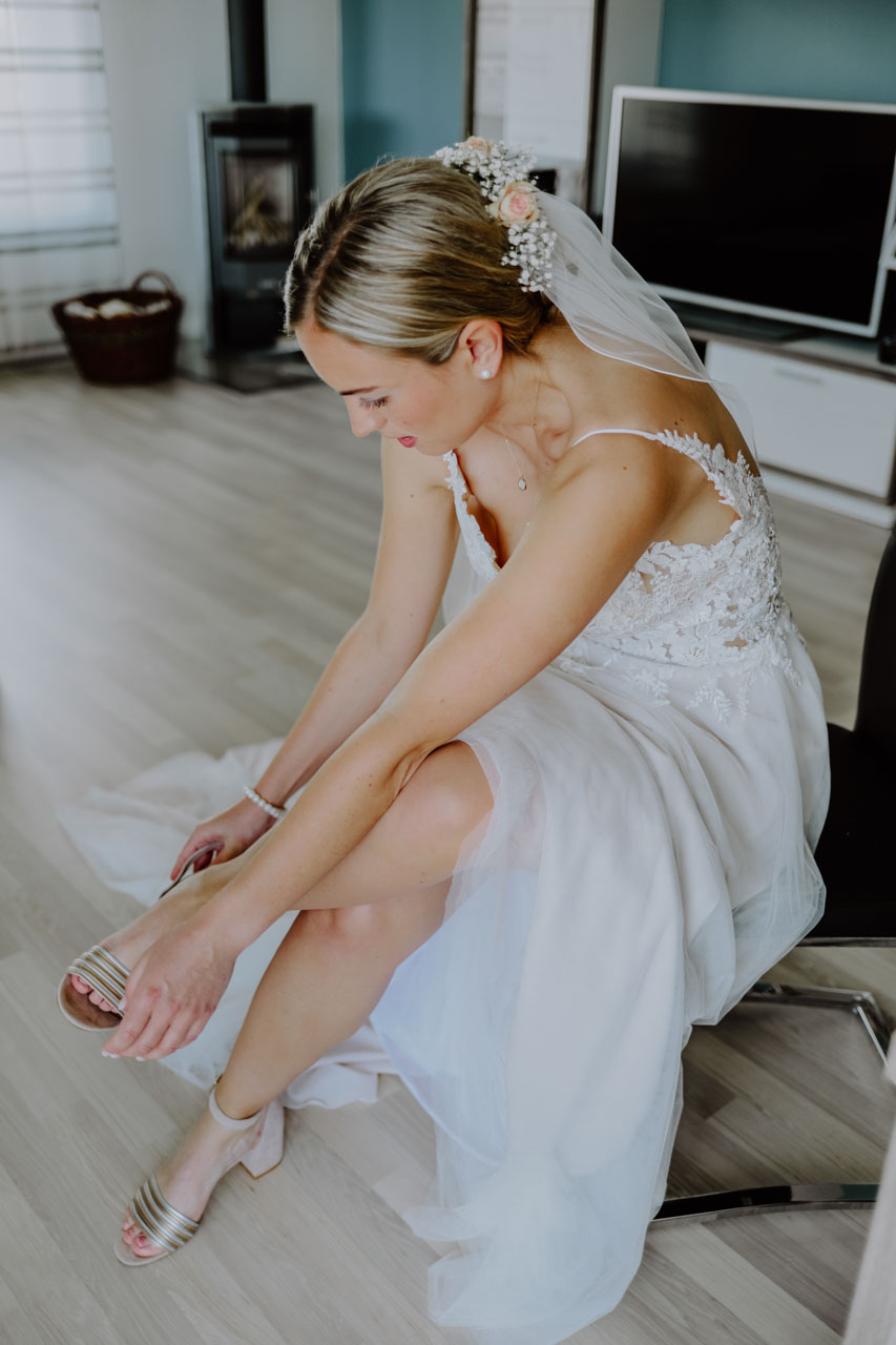 Braut zieht sich die Schuhe an