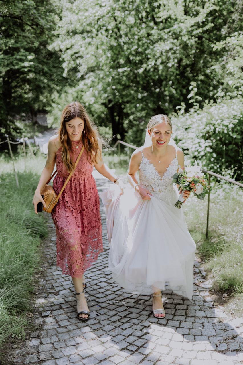 Braut und Trauzeugin im Grünen
