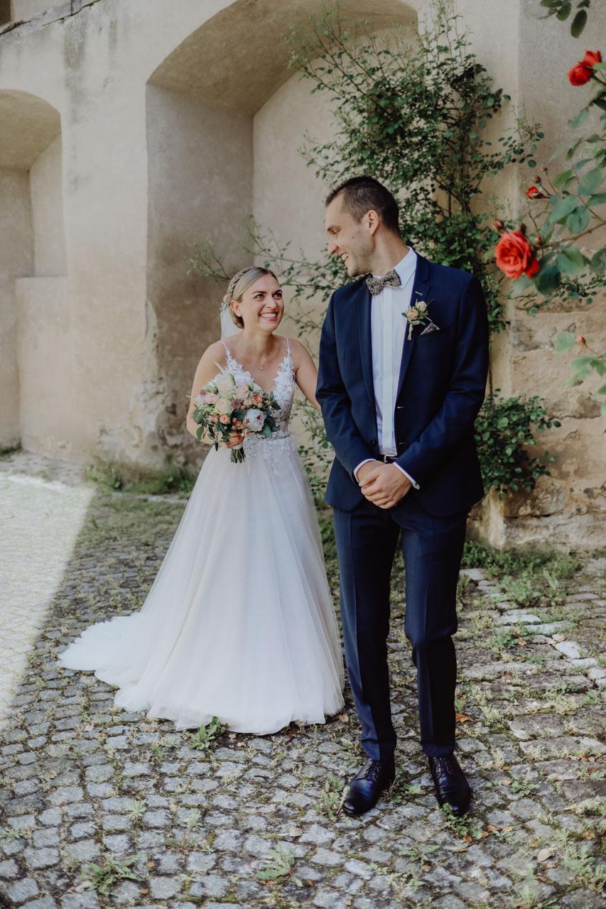 Braut überrascht Bräutigam von hinten