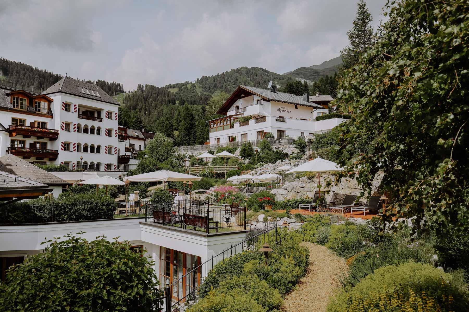 Hotelanlage mit Garten