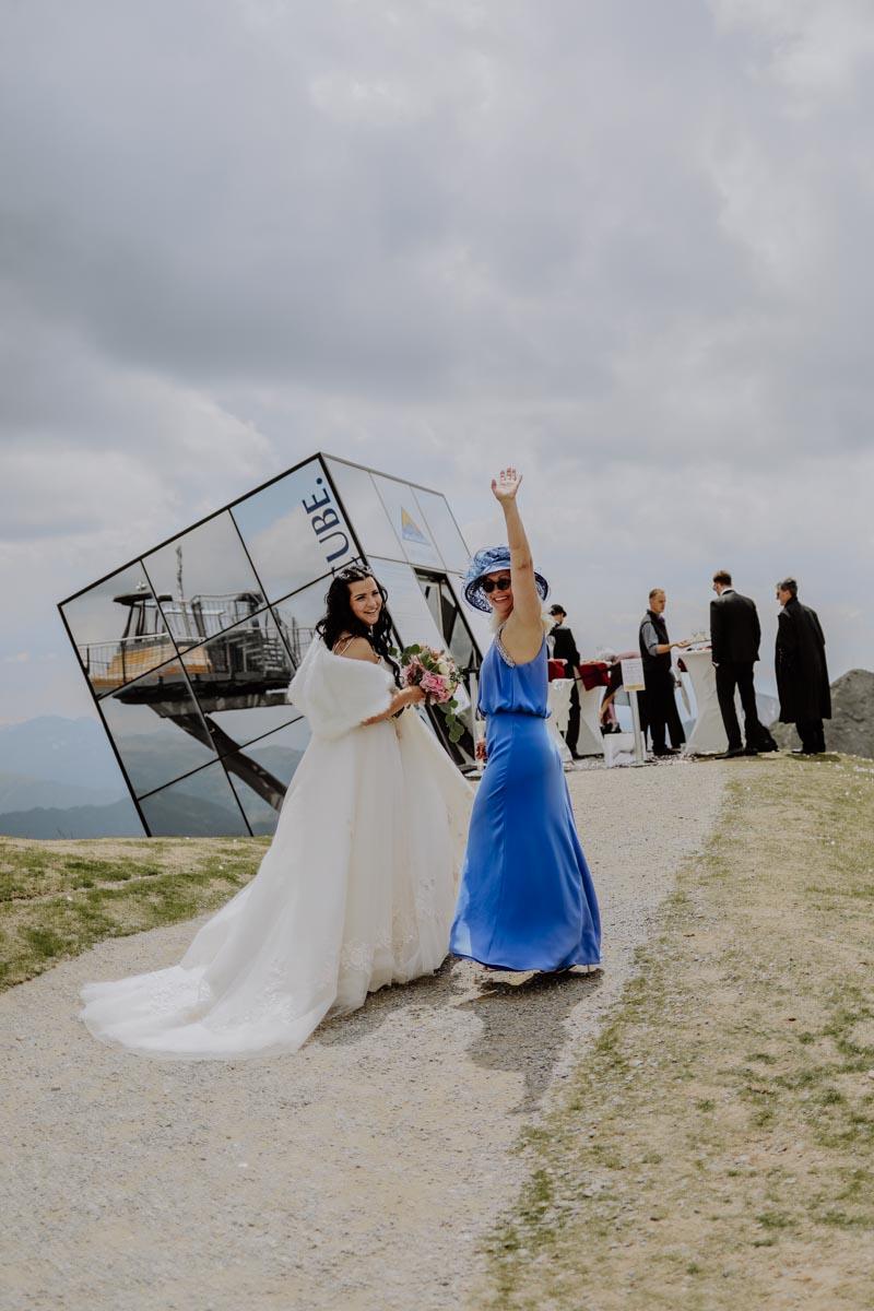 Frau in blauem Kleid winkt