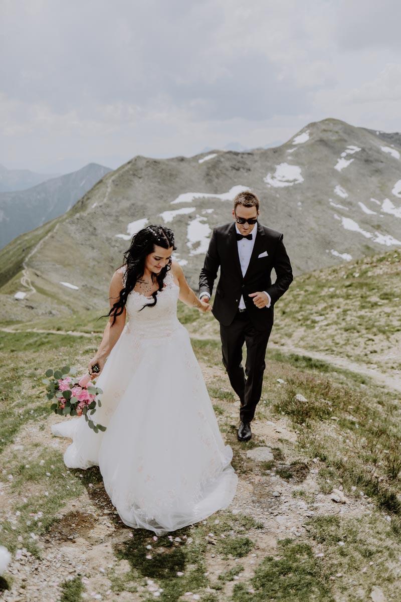 Braut hält Hand von Bräutigam