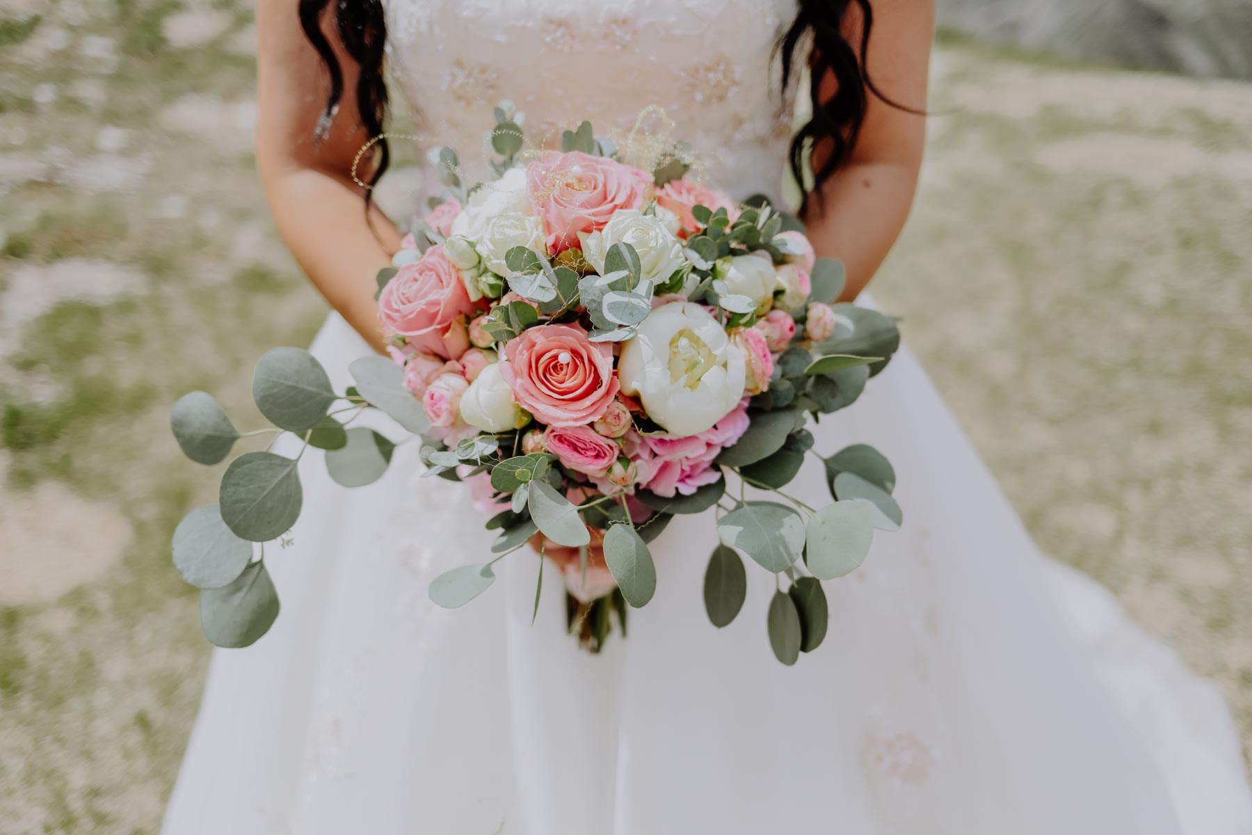 Brautstrauß mit Eukalyptus und rosa Rosen