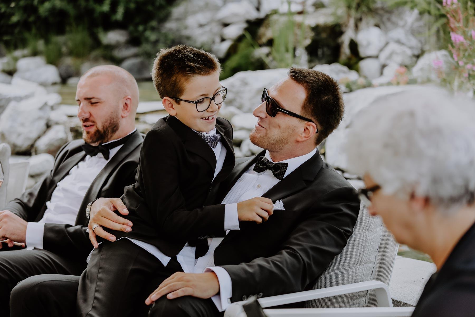 Junge auf dem Schoß des Vaters
