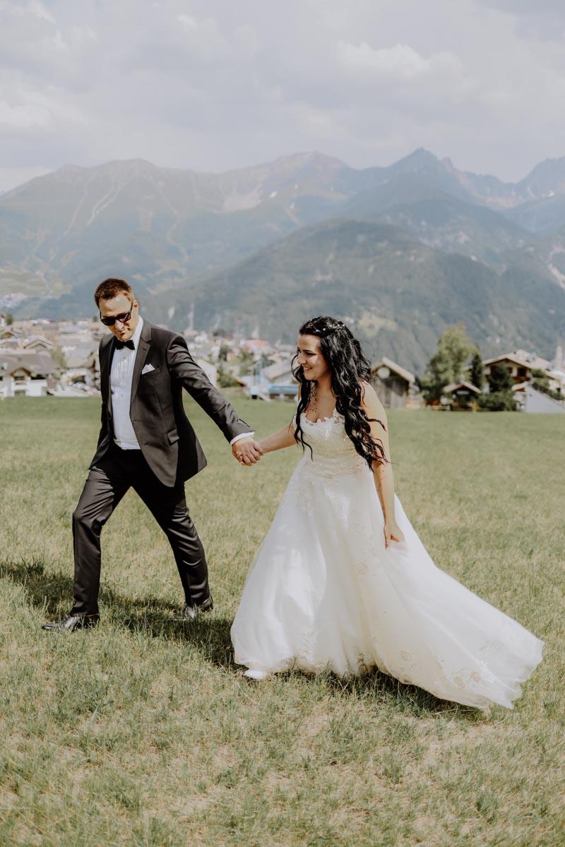 Frau hält Brautkleid in der Hand