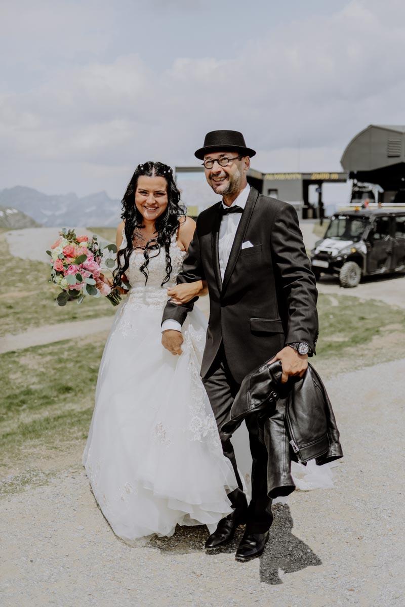 Braut mit rosa Brautstrauß und Vater