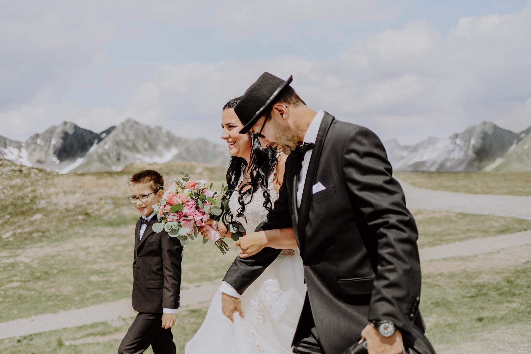 Kind mit Mutter und Großvater in schwarzem Anzug