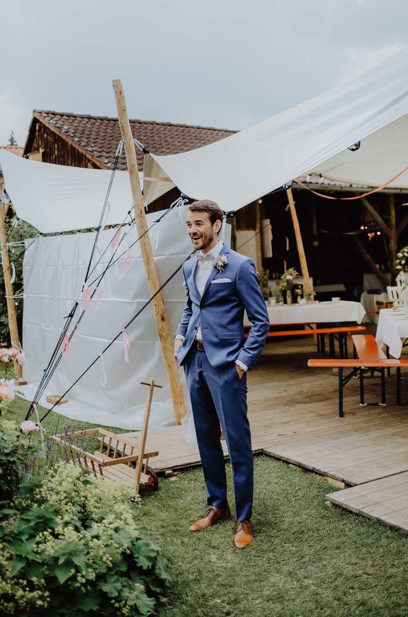 Bräutigam mit blauem Anzug