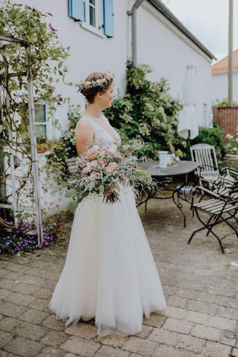 Braut mit roséfarbenem Brautstrauß