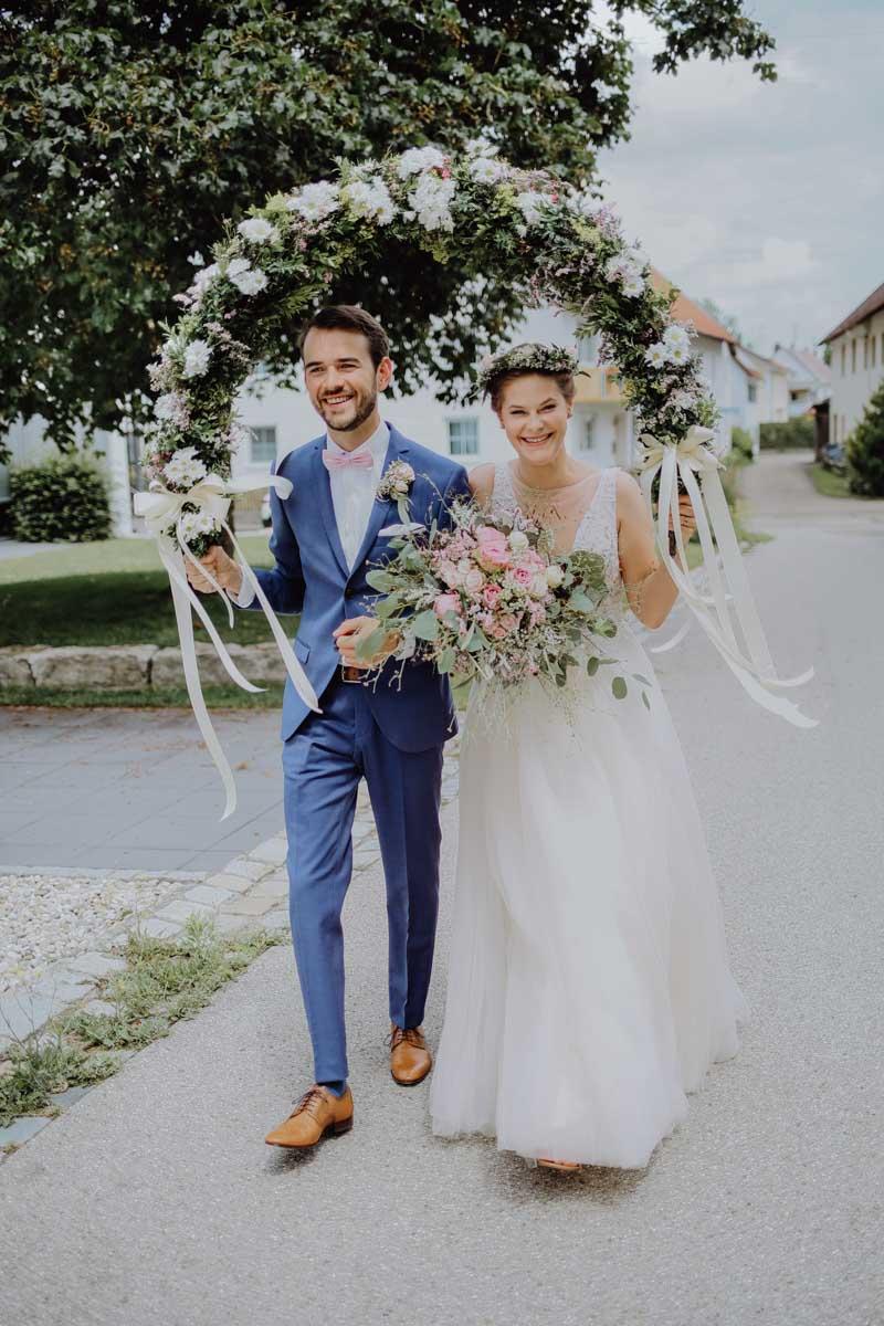 Brautpaar mit Blumen auf Straße