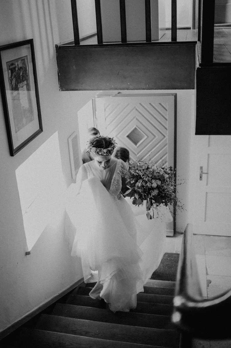 Braut steigt Treppen hinauf
