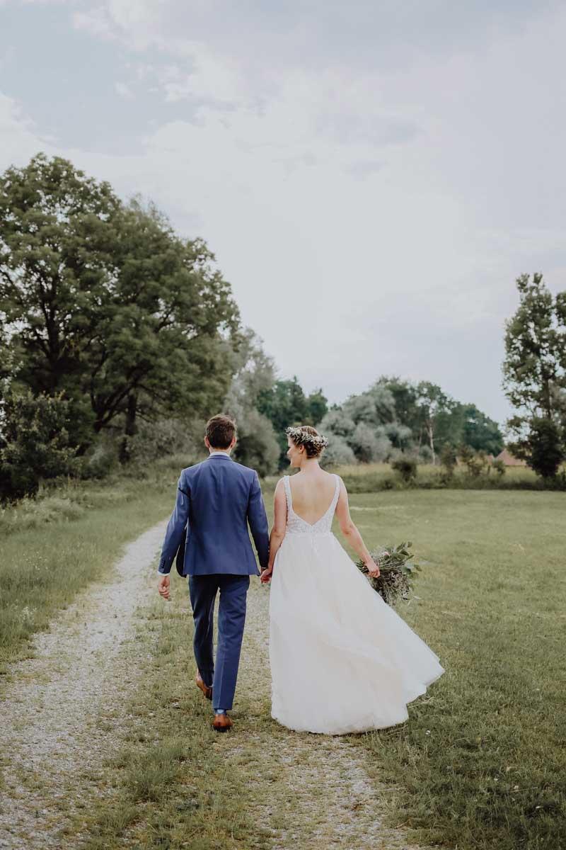 Braut und Bräutigam Hand in Hand laufend