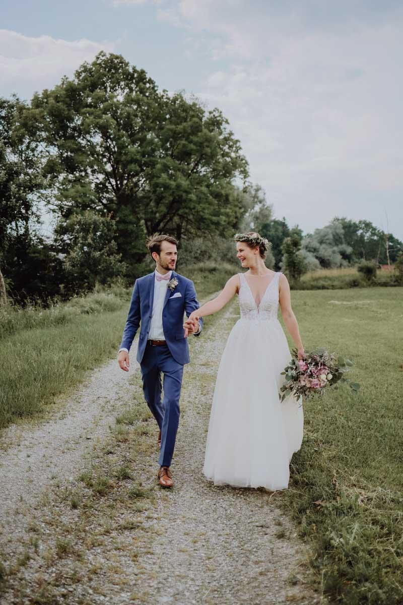 Mann und Frau spazieren in der Natur