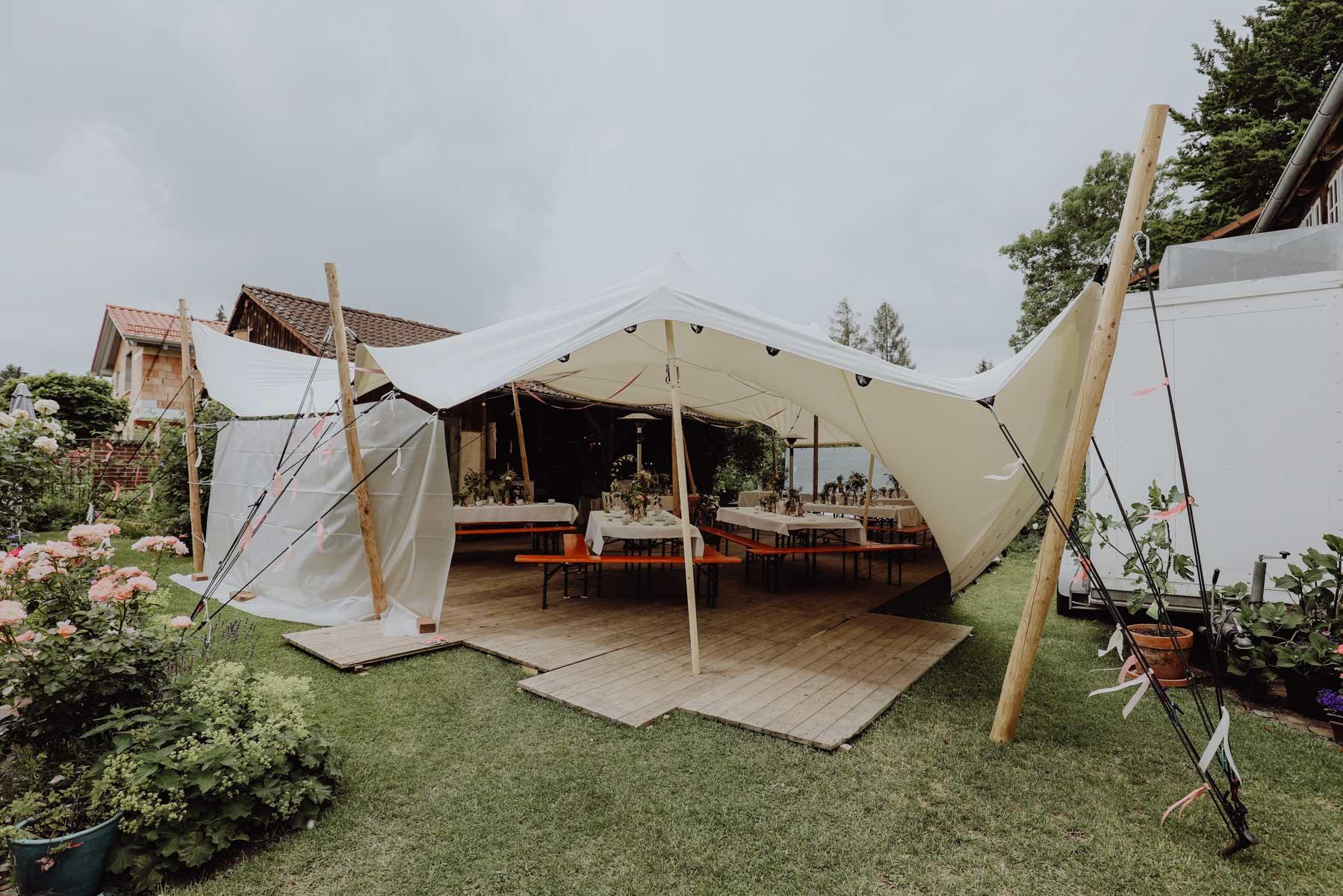 Zelt auf einer Wiese